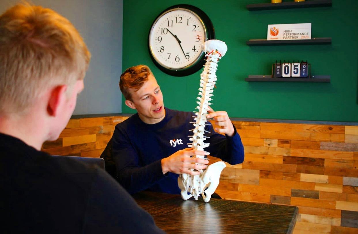 Fytt - Manuele Therapie Heerenveen - Uitleg Van Een Manuele Therapie Behandeling Aan Een Client Met Rug En Nek Pijn Die Naar De Fysiotherapeut Gaat